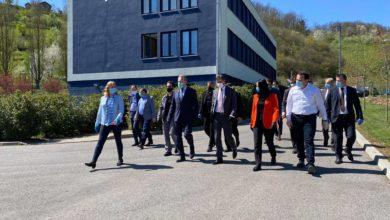 Photo of Predsjednik SDA Bakir Izetbegović i Premijer Federacije Fadil Novalić sa saradnicima u posjeti kompaniji EMKA