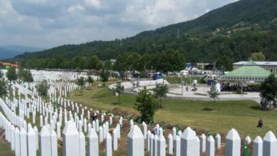 Photo of Među zelenim brežuljcima prošaranim bijelim nišanima: Tekst Politica o genocidu u Srebrenici