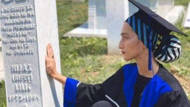 Photo of Pogledajte najsnažniju sliku danas iz Potočara: Nejra je došla da kaže svom babi da je diplomirala!