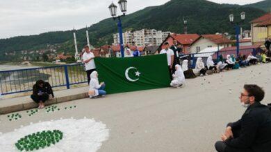 Photo of Goraždani na Mostu Alije Izetbegovića izveli poseban performans za Srebrenicu