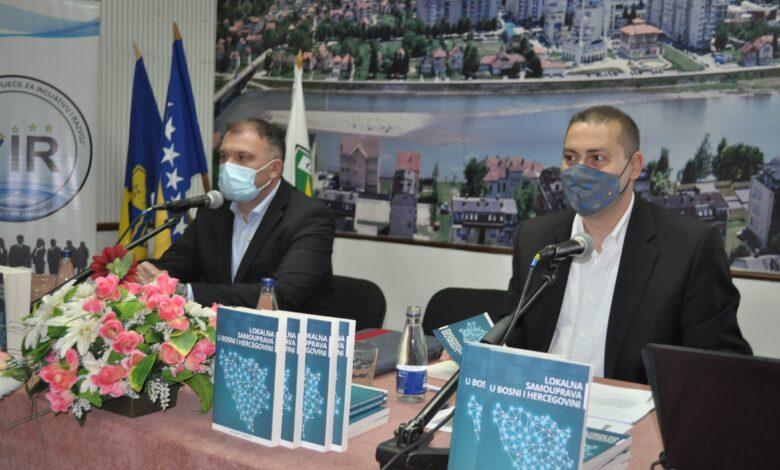 """Photo of Promovisana knjiga """"Lokalna samouprava u BIH"""" autora dr.sc Muhameda Mujakića."""