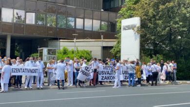 """Photo of Sindikat doktora FBiH: Ponižavaju nas iz dana u dan, """"prosimo za vakcine"""""""